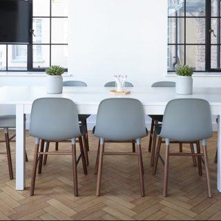 Image décorative - Table de réunion dans une pièce moderne