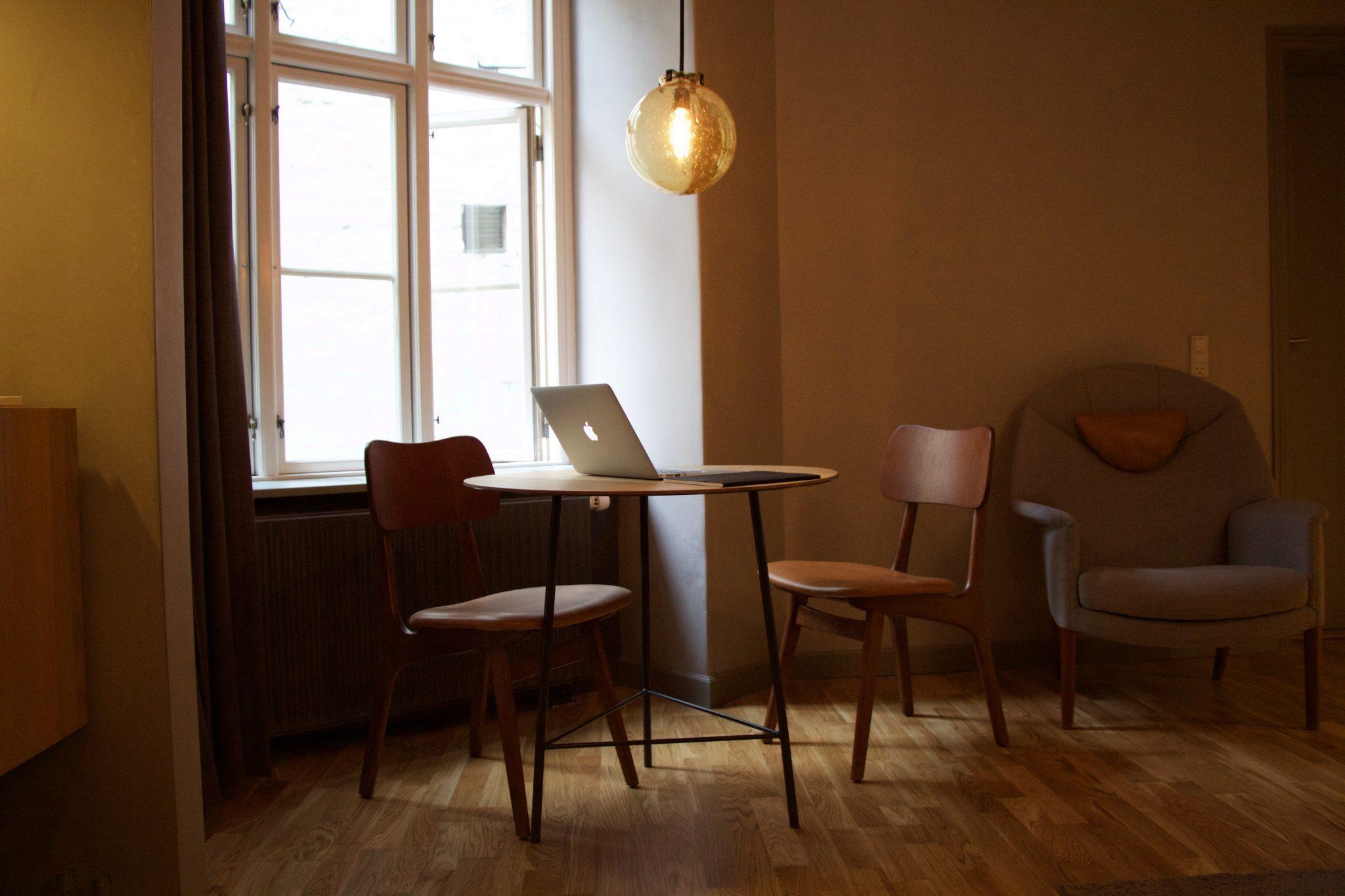 Image décorative - Petit bureau éclairé avec un ordinateur posé dessus