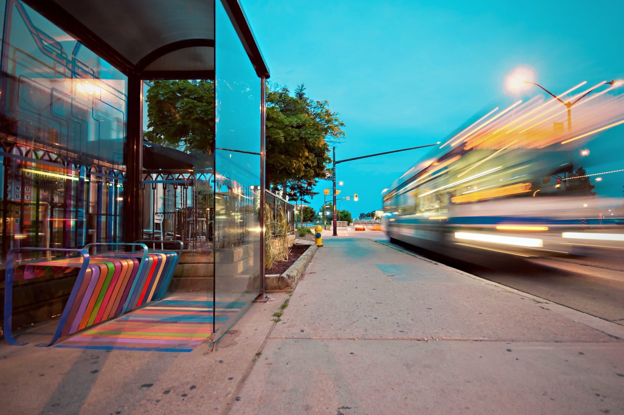 Image décorative - Bus en mouvement à la tombé de la nuit