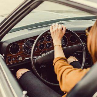 Image décorative - Photo d'une femme au volant d'une voiture