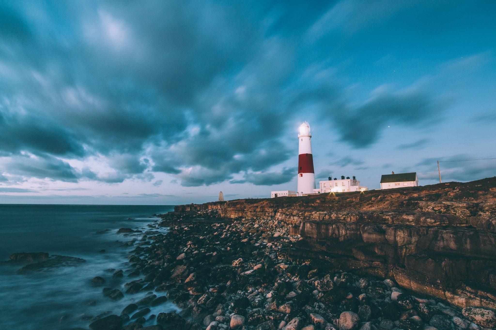 Image décorative - Photo d'un phare sous un ciel menaçant