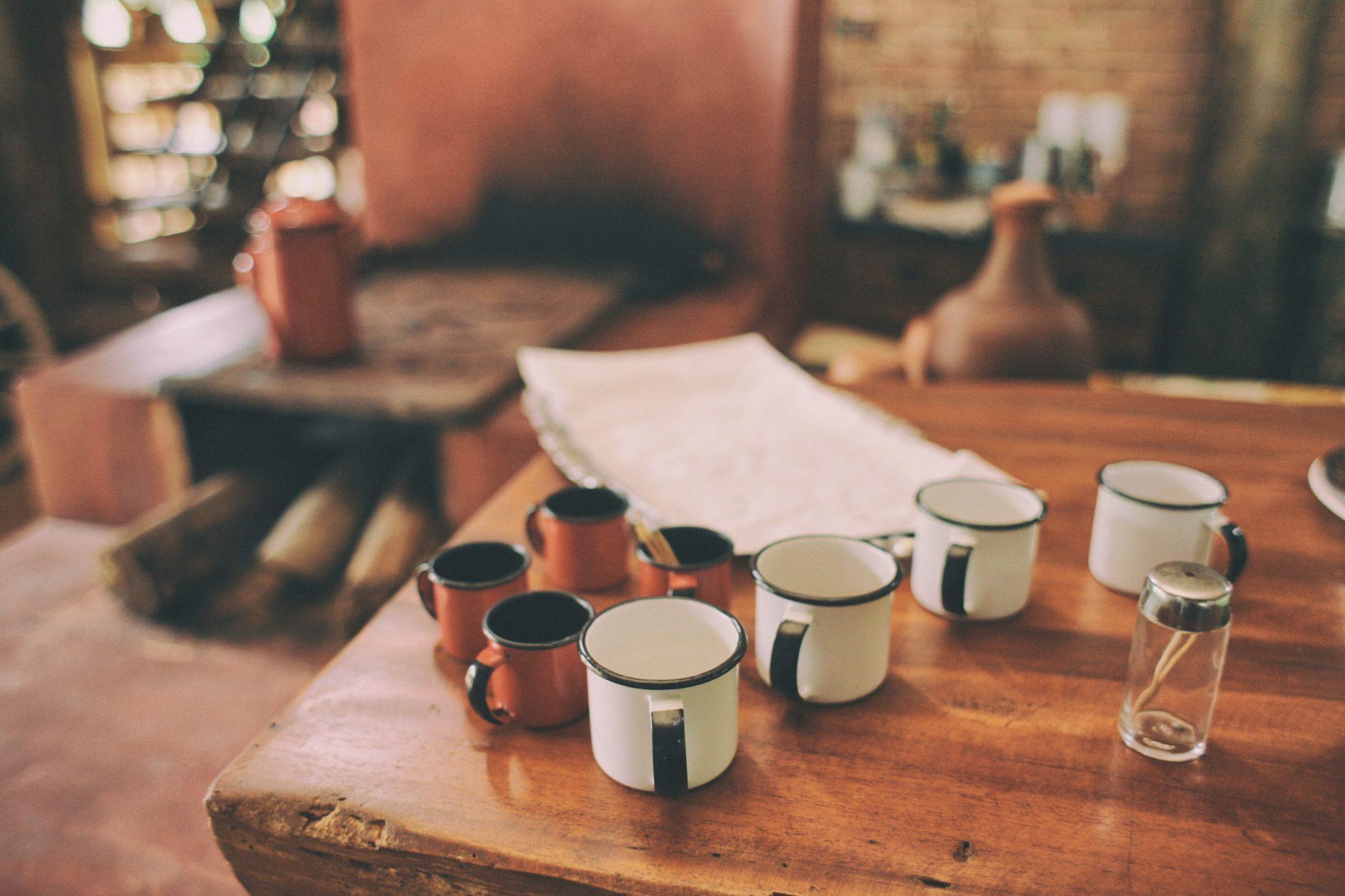 Image décorative - Bloc de papier posé sur une table en bois avec des tasses de cafés