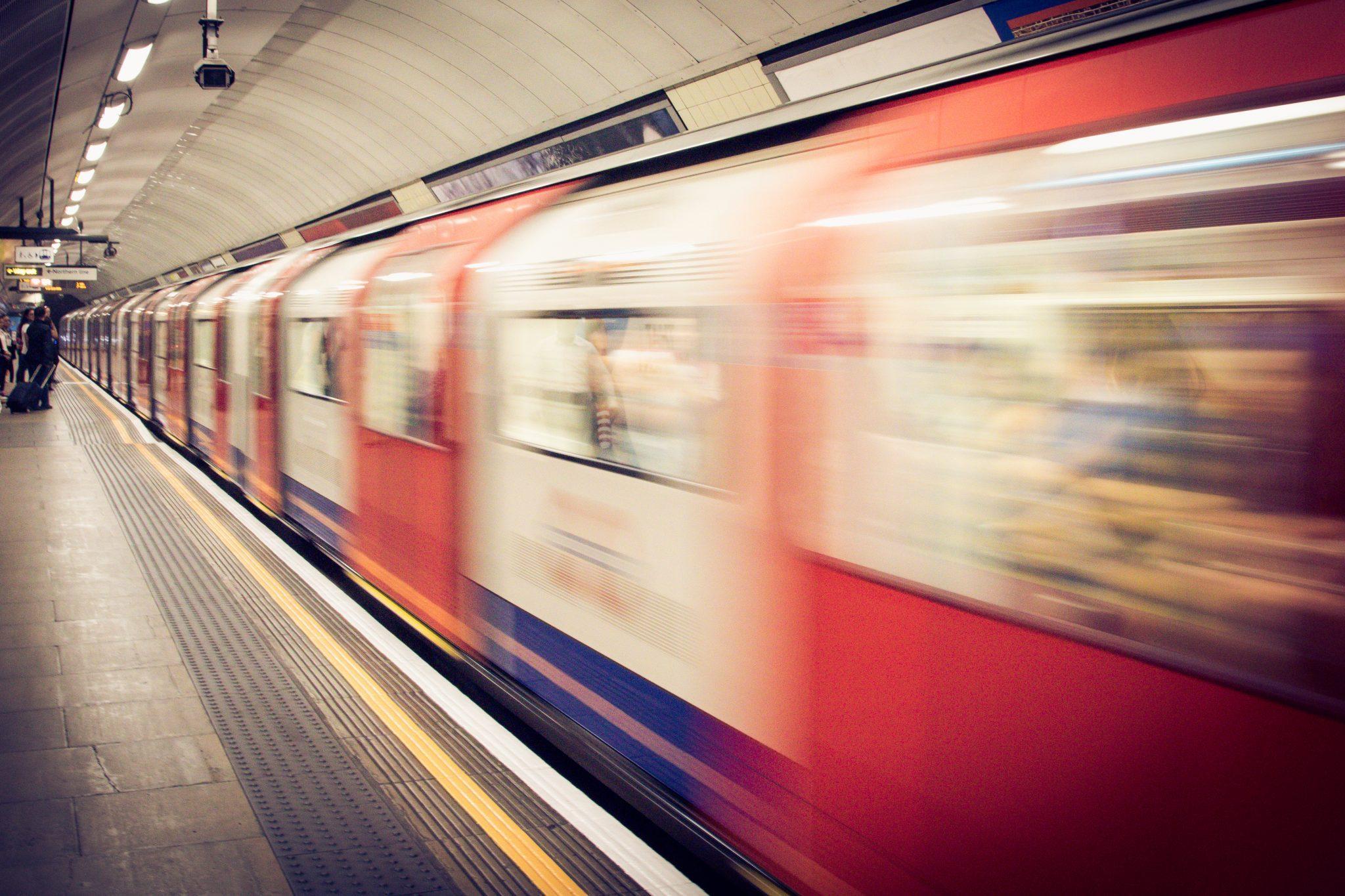 Image décorative - Métro arrivant en gare
