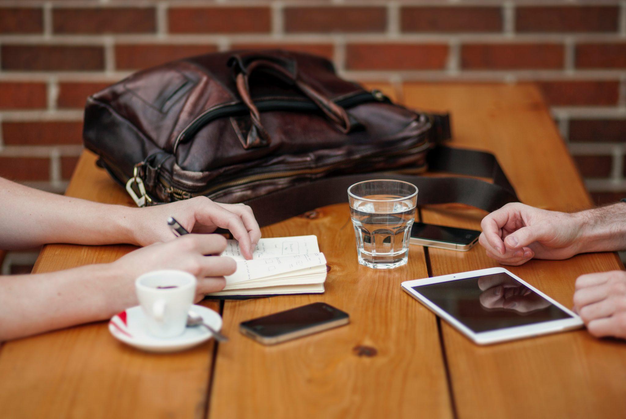 Image décorative - Deux personnes travaillant dans un café