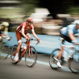 Image décorative : cyclistes entrain de participer à une course.