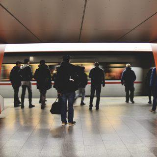Image décorative - Groupe de personnes dans une station de métro