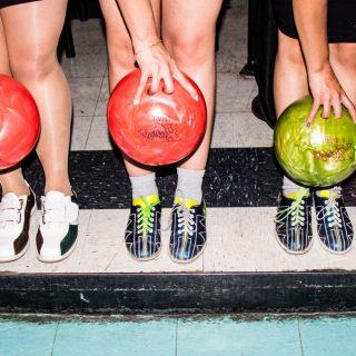 Image décorative - Groupe d'amis jouant au bowling