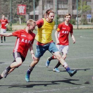 Image décorative : trois joueurs de foot jouant un match d'entrainement