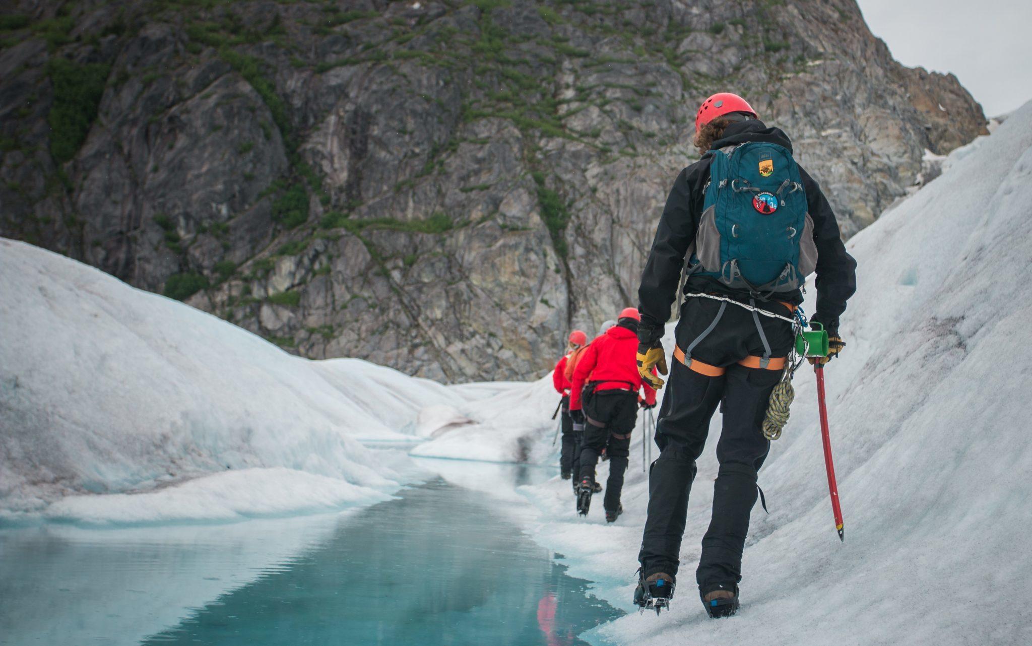 Image décorative - groupe de personnes faisant une randonnée en milieu difficile