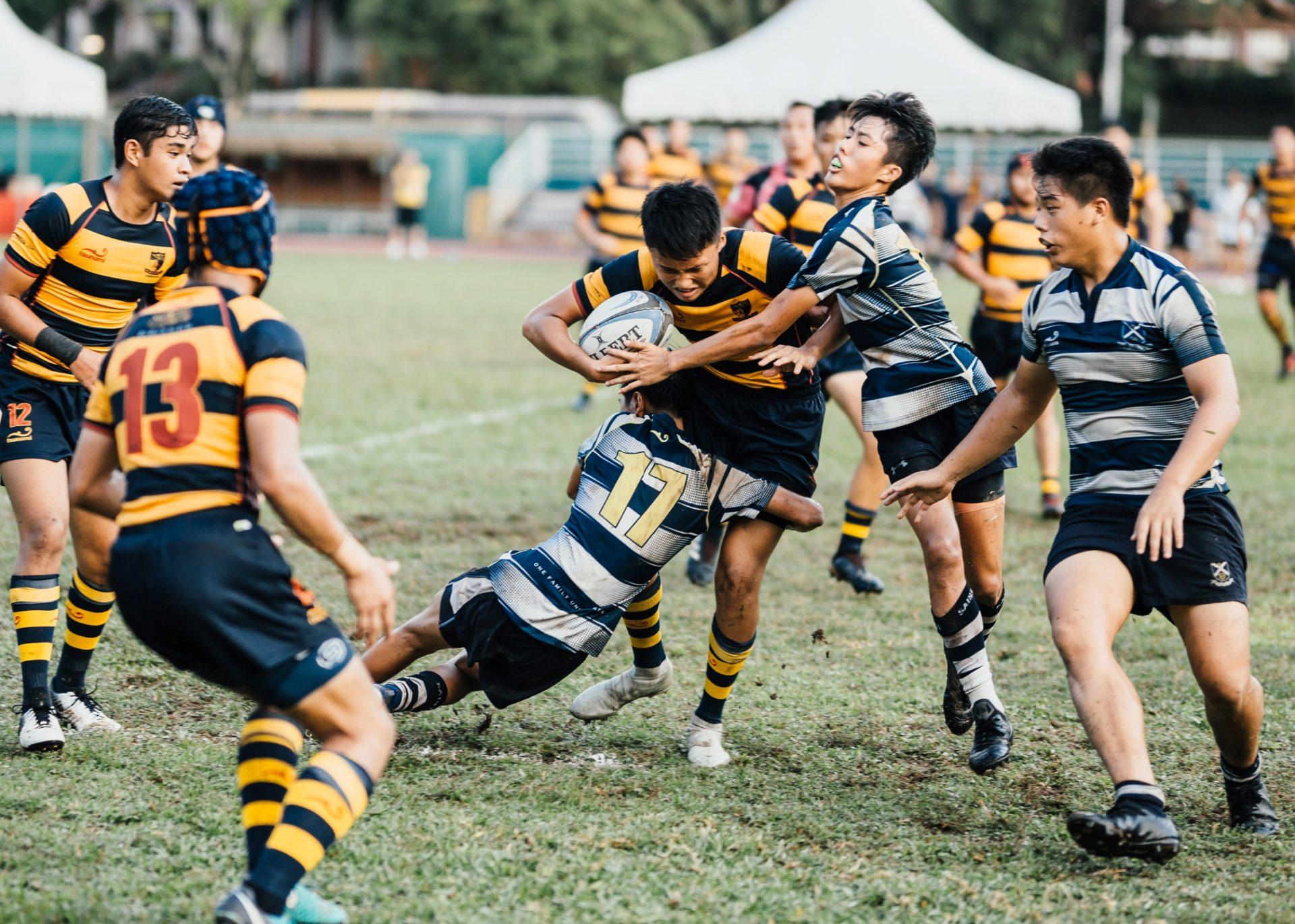 Hommes jouant au rugby, esprit d'équipe, terrain
