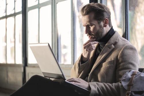 homme réfléchissant et travaillant