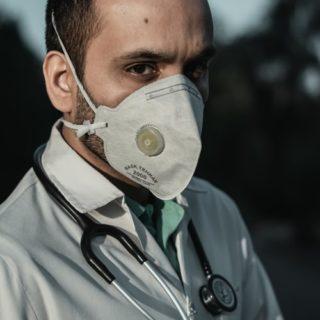Médécin portant un masque pour se protéger du Covid-19
