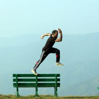 homme sautant depuis un banc, sportif