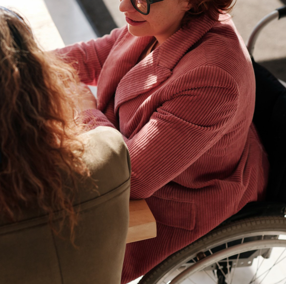 femme en fauteuil roulant au travail