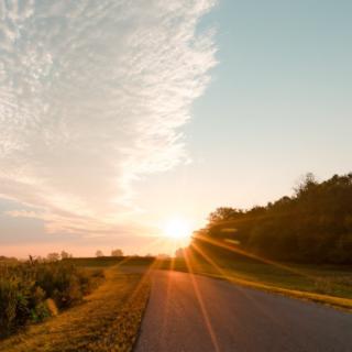 coucher de soleil sur une route
