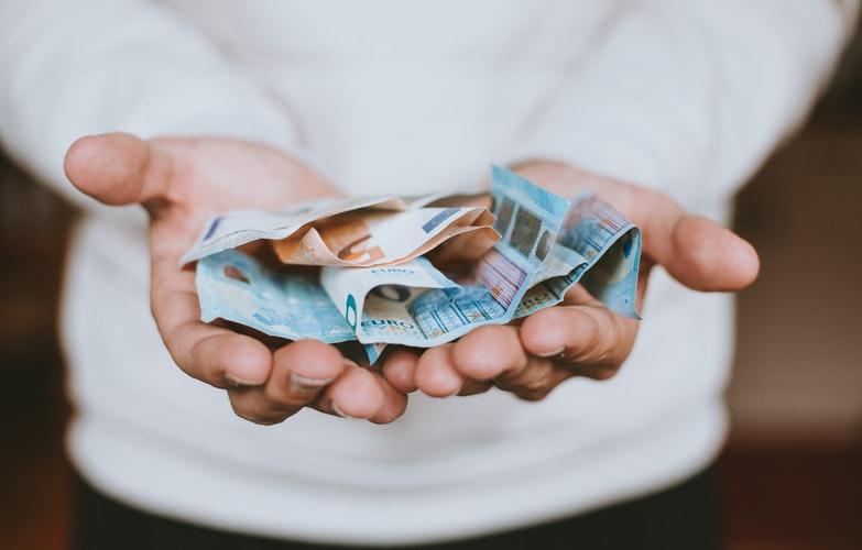 mains tendues billets de vingt euros