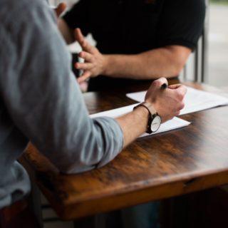 deux personnes discutent à une table